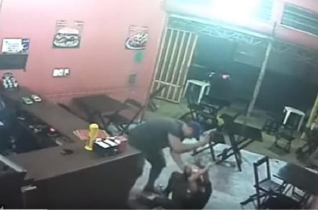 Graban a policía que golpea a una joven porque no le dio la hamburguesa que pidió