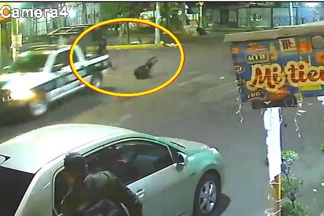 Video: captan caída de policía desde la batea de su patrulla
