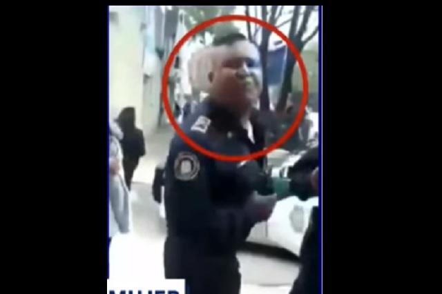 Policía de CDMX escupe a mujer en la cara por reclamarle