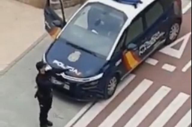 Policía español baila 'Chuchuwa' para animar a gente en cuarentena