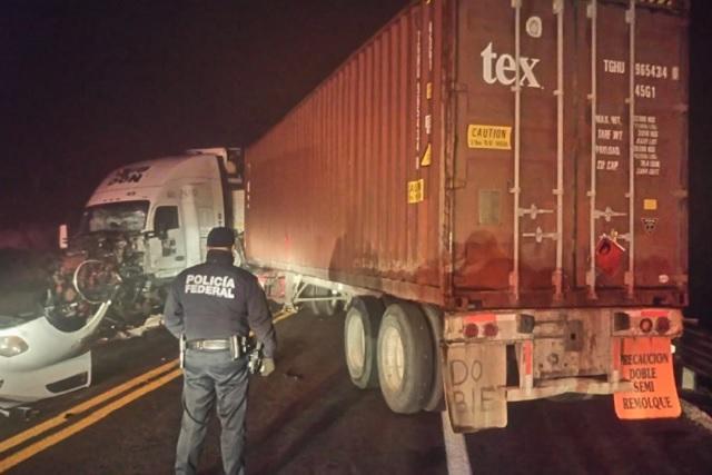 Caos en la Amozoc-Perote por el choque frontal de dos camiones
