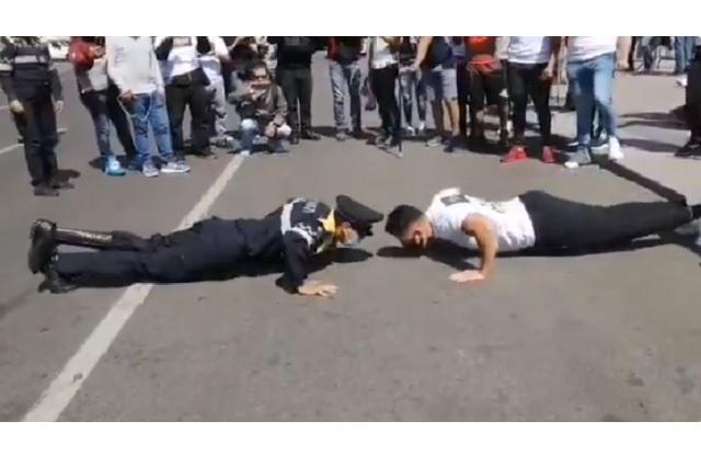 Policía con prótesis gana en lagartijas a fisicoculturista durante manifestación en CDMX
