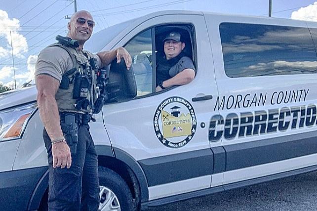 Policía se hace viral por su parecido con Dwayne Johnson 'La Roca'