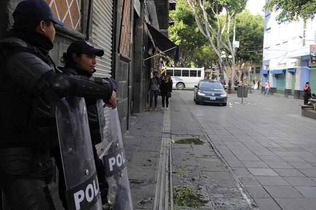 Policía cerca calles para evitar ambulantes en Centro Histórico