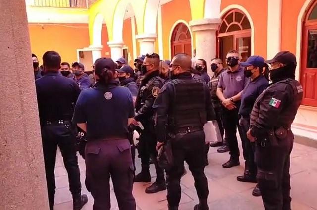 Protestan policías de Ajalpan por falta de uniformes y prestaciones