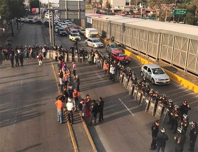Vecinos y policías se enfrentan en Venustiano Carranza