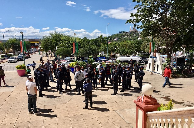 Policías municipales toman presidencia de Acatlán de Osorio