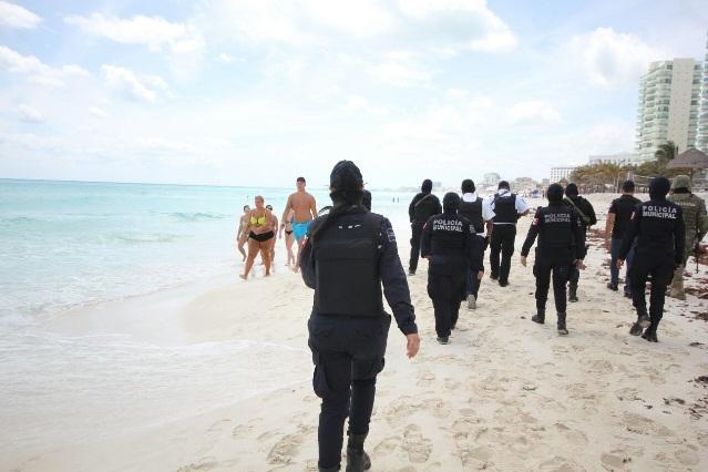 Policías de Cancún se toman fotos con turistas desnudas y causan envidia