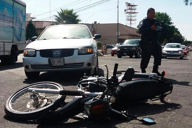 Particular atropella a policía que viajaba en motopatrulla