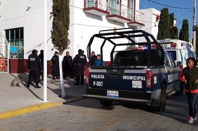 Policías de Amozoc hacen plantón por atraso en pagos