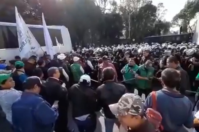 Policías cercan a campesinos que protestan en la Cámara de Diputados
