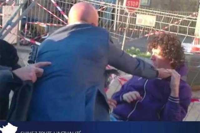 Graban el momento en que un joven cachetea a un político francés