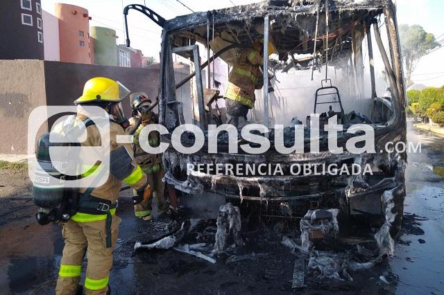 Alimentadora se incendia en Lomas de Castillotla