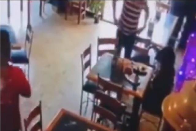 Video: hombre golpea a mujer y mesero la defiende