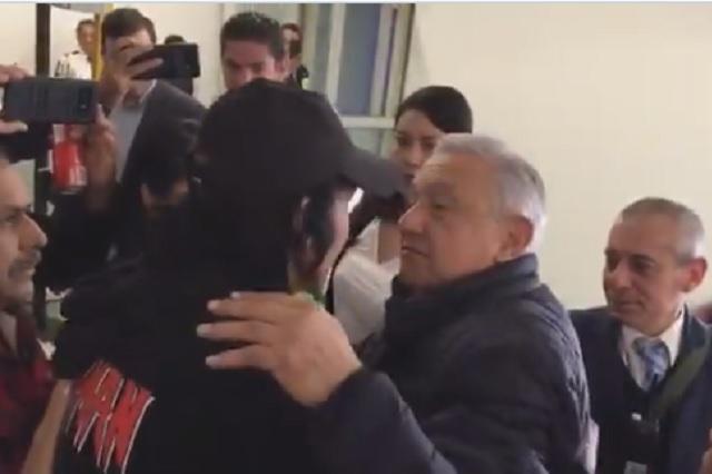 AMLO y Cepillín protagonizan emotivo encuentro en aeropuerto
