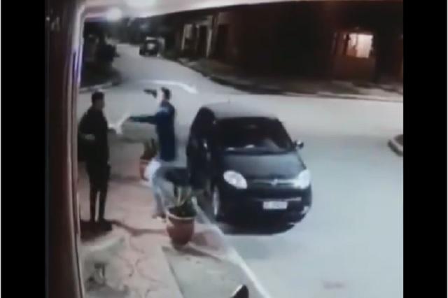 Ladrón se percata de que su víctima era su amigo; lo abraza