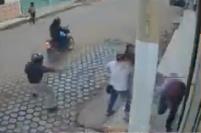 Video: hombre se salva de balacera por un poste de luz