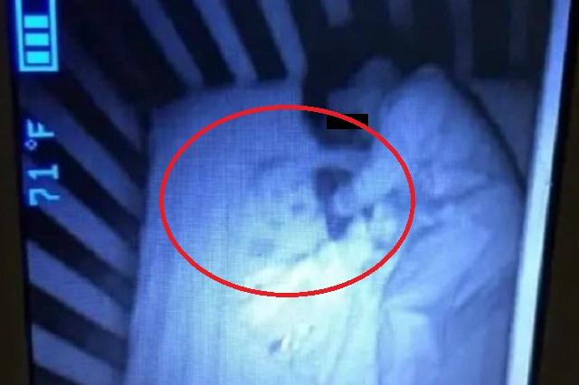 Descubre que alguien más duerme con su bebé gracias a monitor