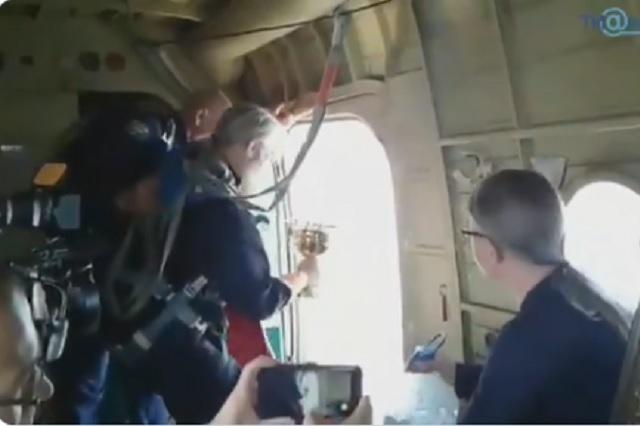 Video: Sacerdotes rusos bendicen ciudad desde un avión