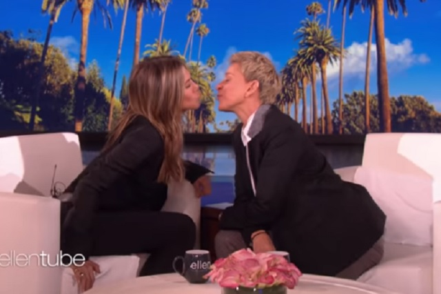 Video: Jennifer Aniston besa a conductora durante programa en vivo