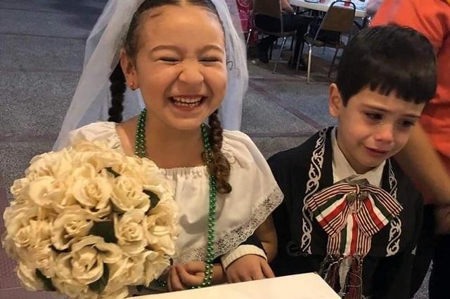 Par de niños se casan en una kermés; su reacción se viralizó en redes sociales