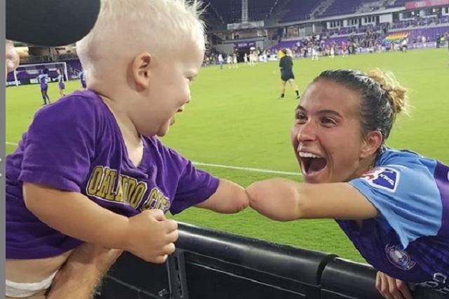 Jugadora y niño sin brazo conmueven en redes sociales