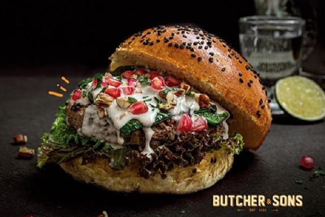 Restaurante de CDMX vende hamburguesa de chile en nogada