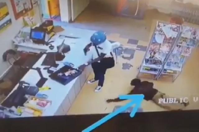 Video: cliente aprovecha asalto para robarle al propio ladrón