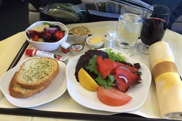 Esta es la razón de que la comida sepa distinto en aviones