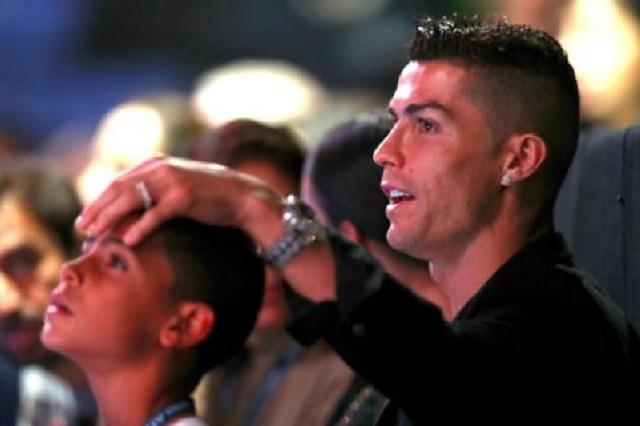 Cristiano Ronaldo da a su hijo lección de humildad