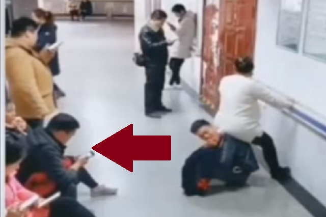 Video: embarazada se sienta sobre espalda de su esposo; nadie le quiso dar un lugar