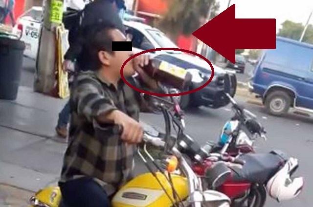 Se hace viral por beber frente a patrullas y disimularlo con 'maestría'