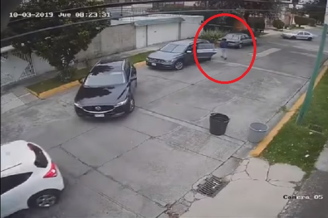 Video: con bebé en brazos, bajan a hombre para robar vehículo