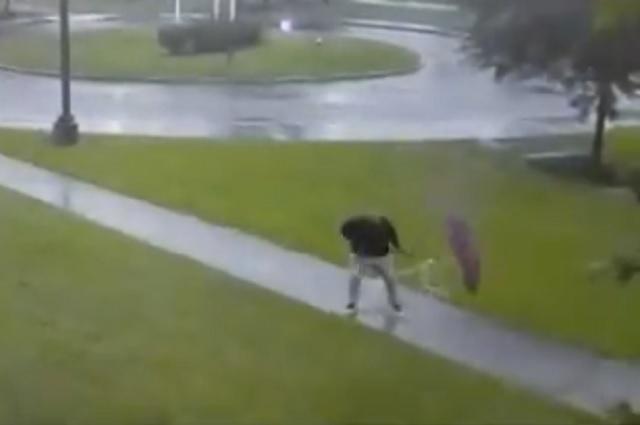 Video: hombre estuvo a punto de ser alcanzado por un rayo