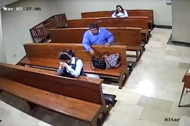 Video: Hombre finge rezar para robar celular a señora
