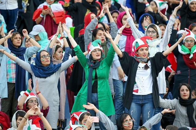 Tras décadas de prohibición, mujeres iraníes asisten a un partido de futbol