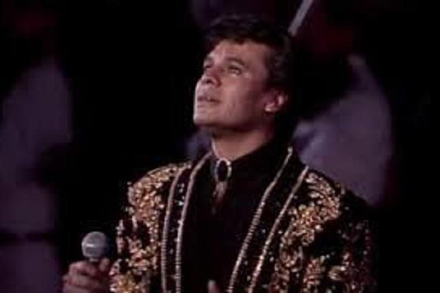 Terminator hace homenaje a Juan Gabriel