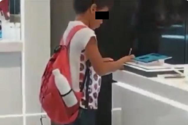 Captan a menor usando tablet en exhibición para terminar su tarea