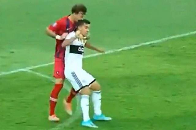 Le muerde la nuca a su rival en pleno partido de futbol