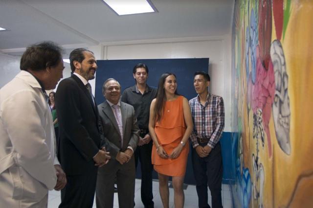 "Rector Esparza Ortiz inaugura mural ""Continuum"" en Fisioterapia BUAP"