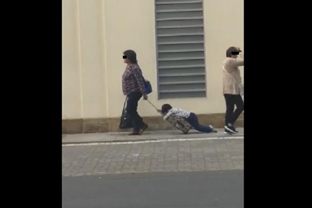 Video: madre arrastra a su hijo para llevarlo a la escuela