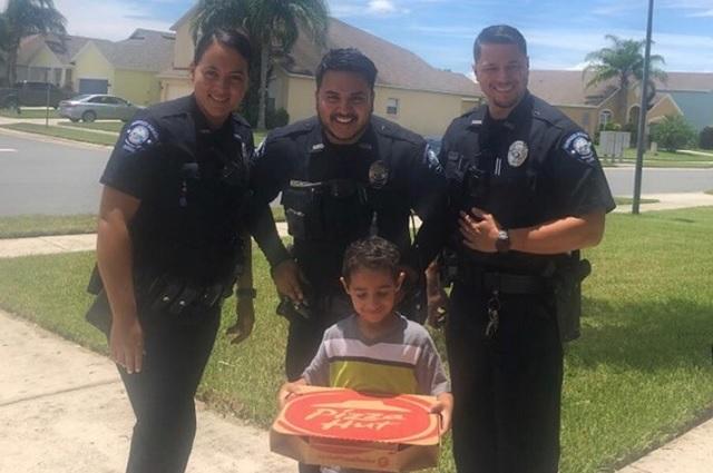 Llama al 911 porque tenía hambre y policías le llevan pizza
