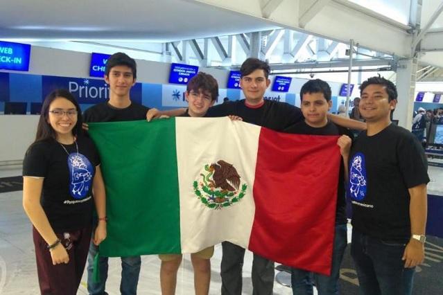 Jóvenes becados por del Toro regresan a casa con medallas
