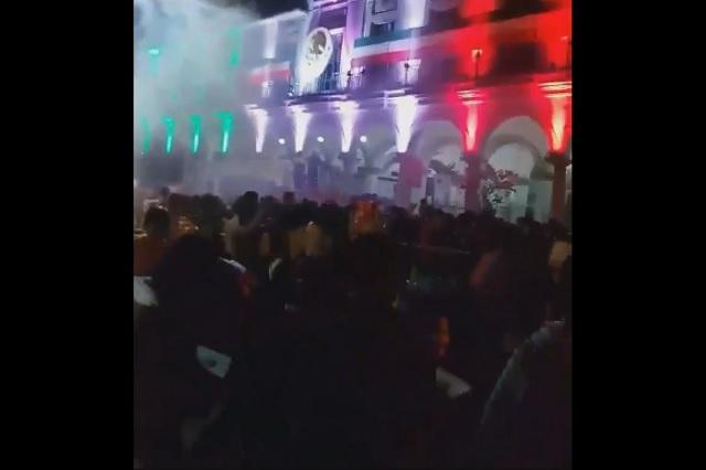 Video: Cae pirotecnia al público durante el Grito en Veracruz