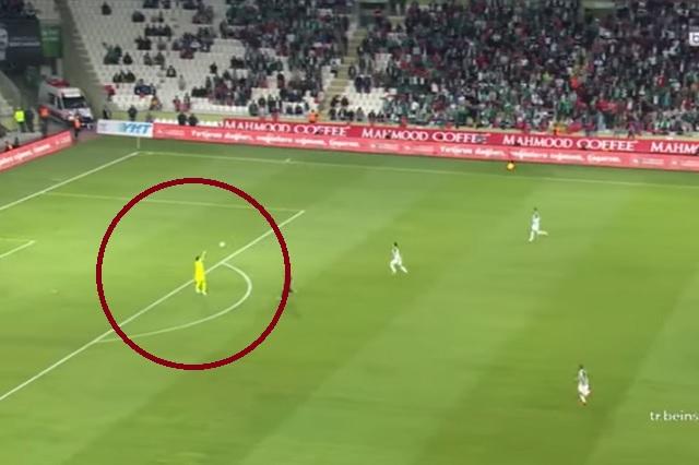 Video: expulsan al portero a los 13 segundos de juego