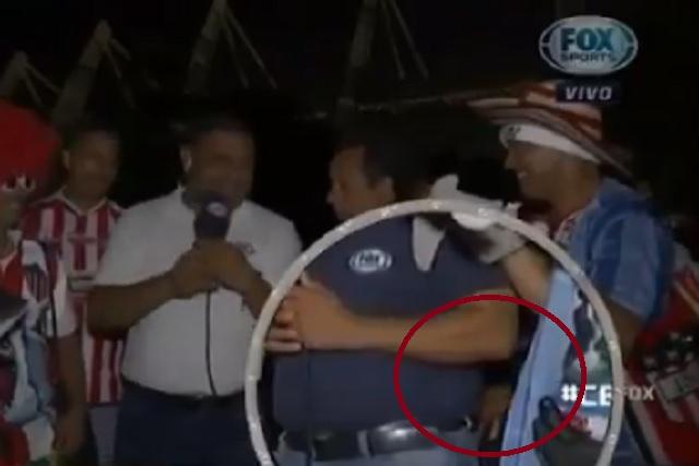 Video: roban celular de reportero de Fox Sports en plena transmisión