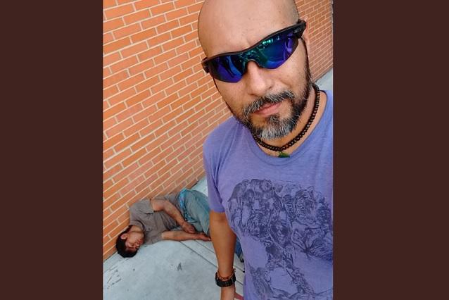 Hombre noquea a su asaltante y se toma selfie con él