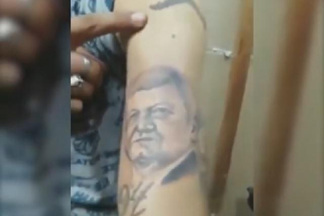 Joven se hace viral por tatuarse a AMLO en el brazo