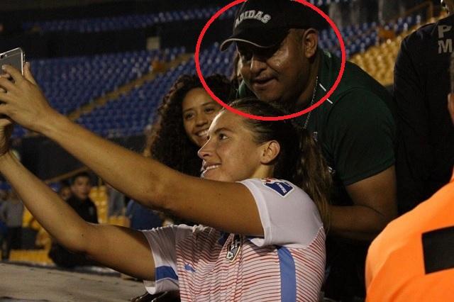 Aficionado de Tigres toca senos de jugadora durante fotografía