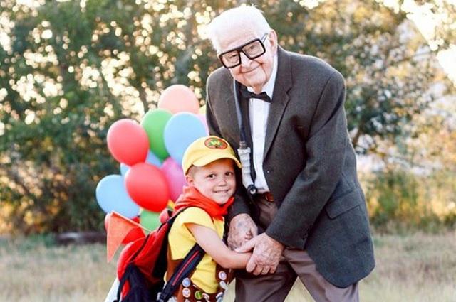 Bisabuelos recrean escenas de UP con sus nietos